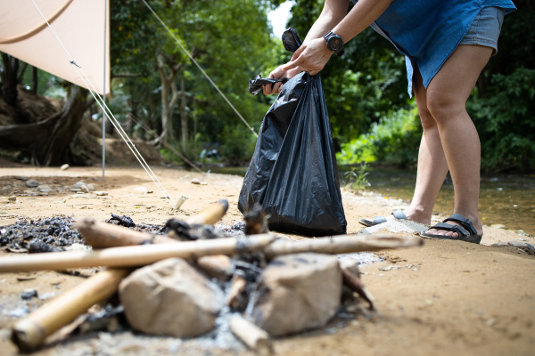 people collecting litter with garbage bag at the national park 600x400